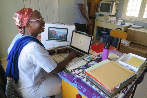 img_3896-rosso-bibliotheque-sr-marie-germaine-est-enchantee-de-son-nouvel-ordinateur