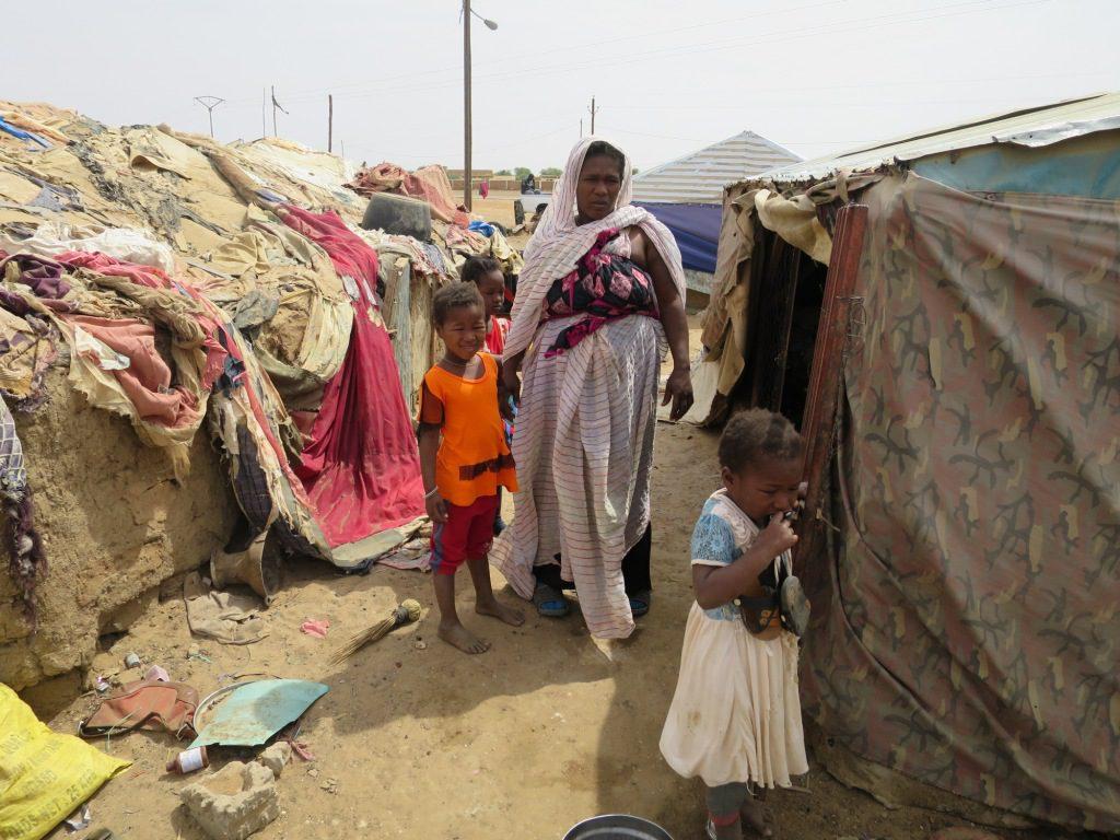 Rosso – maman de 10 enfants devant sa maison