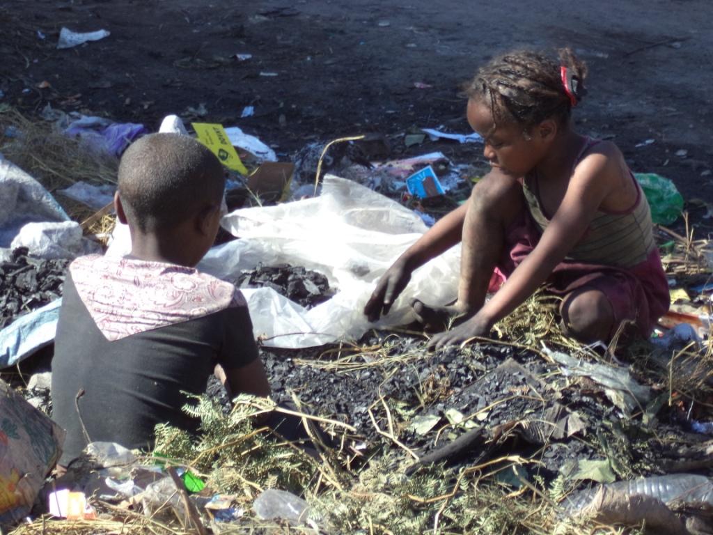 Les enfants fouillent dans les poubelles pour récupérer un peu de charbon