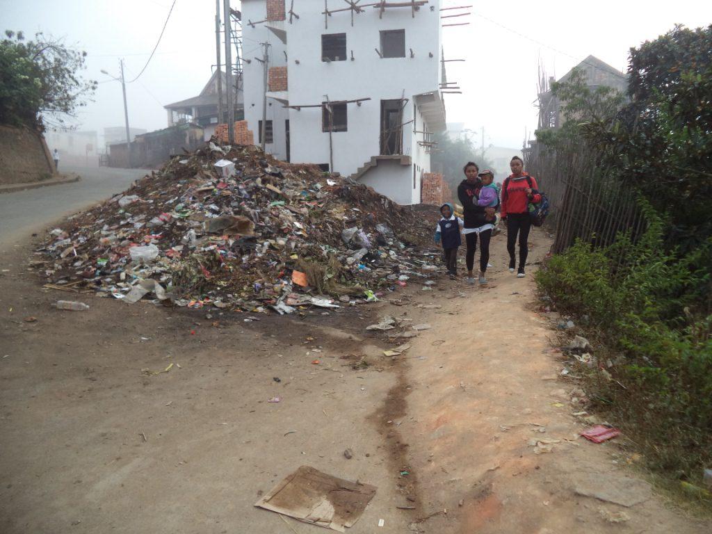L'accès au centre de Manantenasoa est obstrué par les détritus
