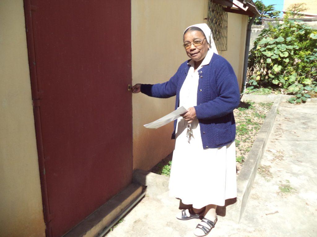 Manantenasoa : soeur madeleine devant le magasin de stock