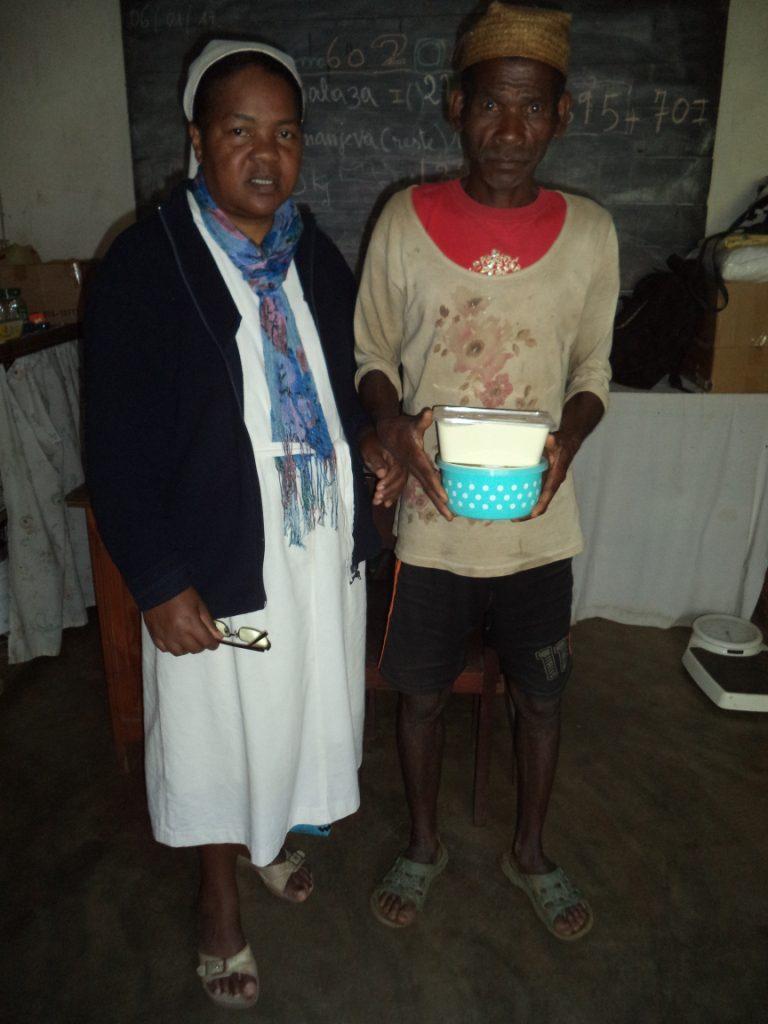 Soeur Emerentienne et un papa veuf venu chercher à pied (66 kms) de la poudre de lait.