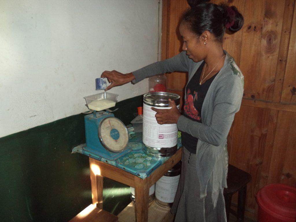 Manakara - Pesée de la poudre de lait