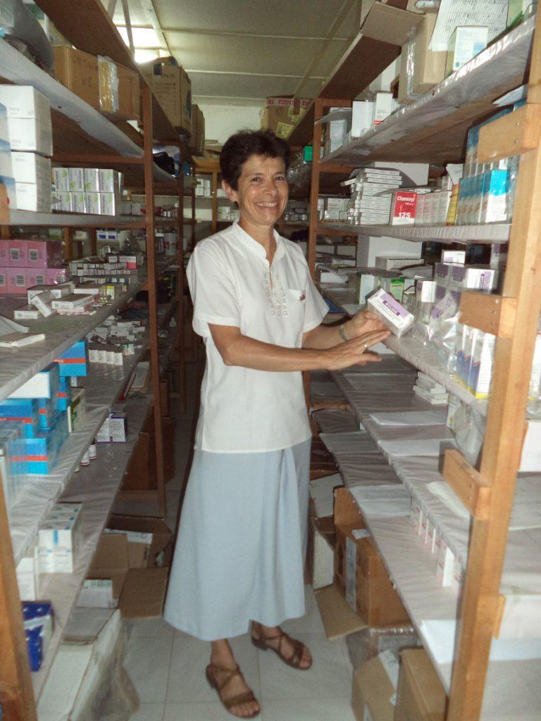 Fanantenana - Soeur Valére dans la pharmacie du dispensaire