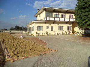 mahabo-la maison des soeurs et le riz sèche au soleil