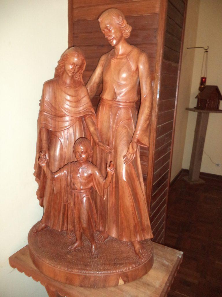 Tana belles sculptures à l'intérieur de la chapelle de la maison d'hôtes