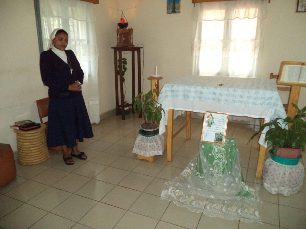 Andoharanofotsy-tana : soeur charline dans la chapelle de la communaute