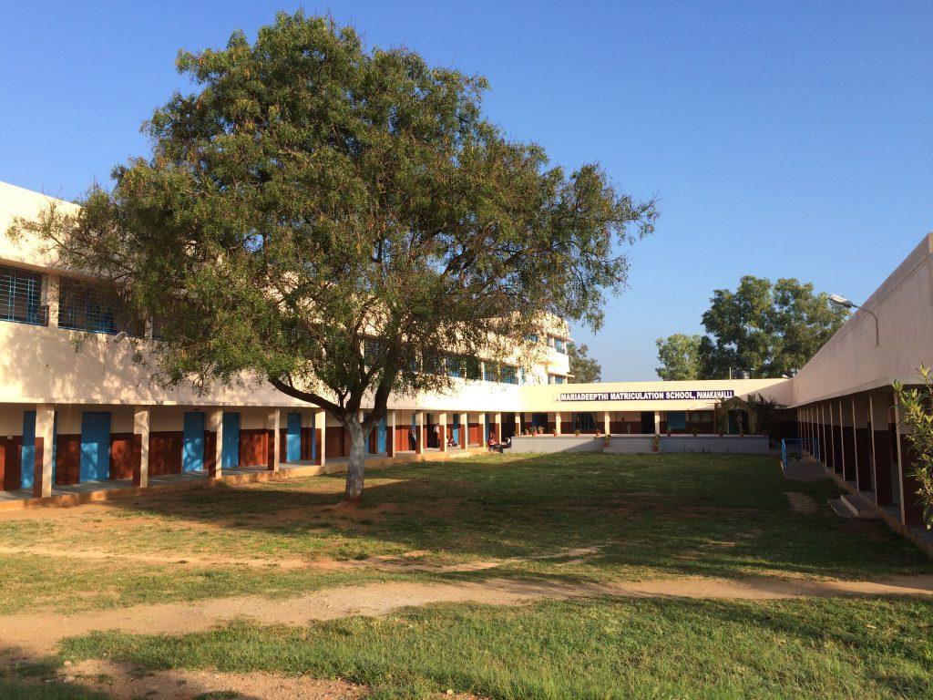 Travaux terminés 8 classes ont été construites à l'étage Photos prise en décembre 2015