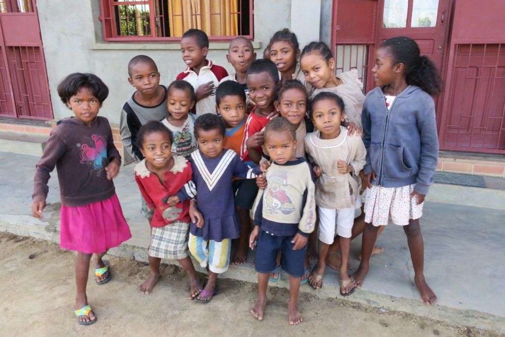 Moramanga-Ankazobe-petit groupe d'enfants orphelins