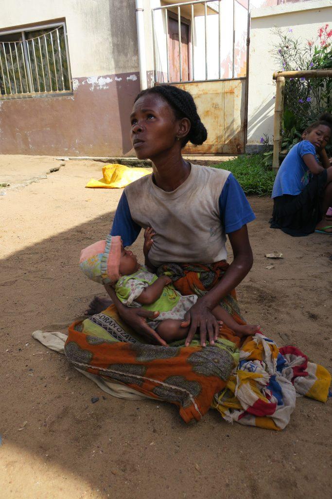 manakara une maman et son bebe en attente du lait