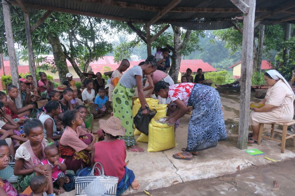 ambatoabo-distribution de riz aux pauvres