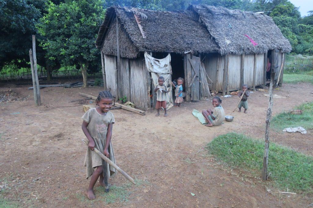 Manantenina-des enfants pauvres mais souriants