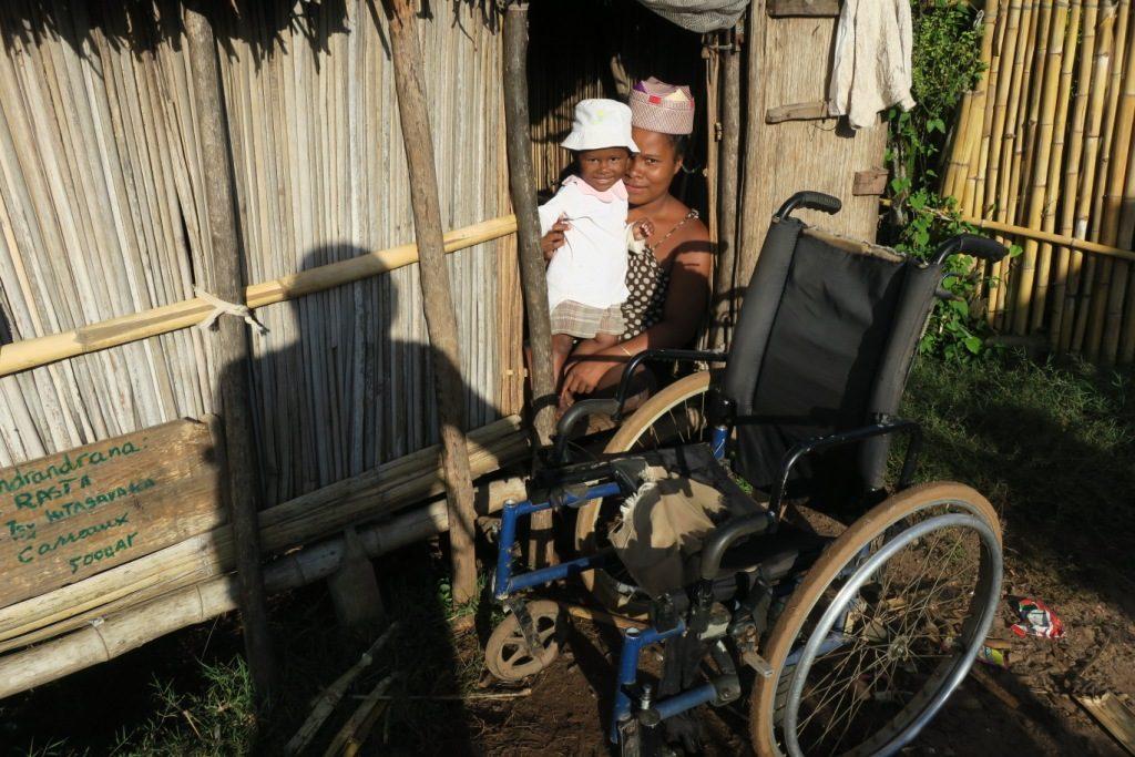 Manajary-maman handicapée ayant perdu ses jambes.
