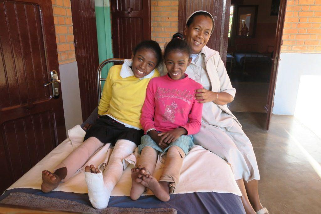 Antsirabe-fch-soeur-noeline-martine et delphine handicapées des jambes