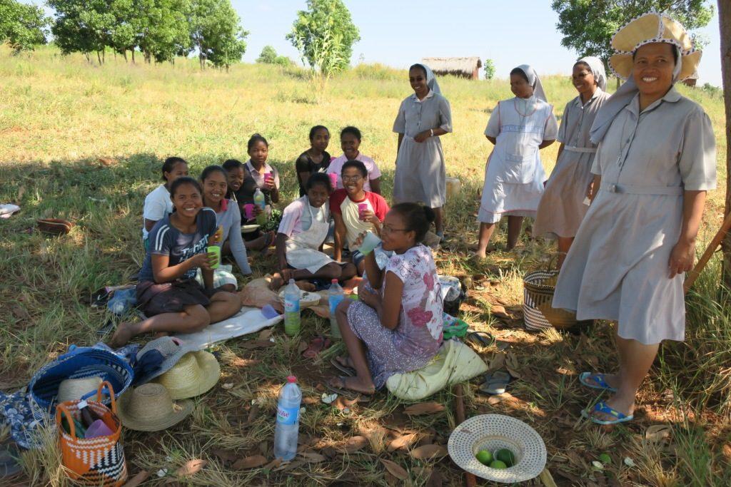 tsiroanomandidy-les soeurs et les aspirantes sur leur champ à la pause de midi