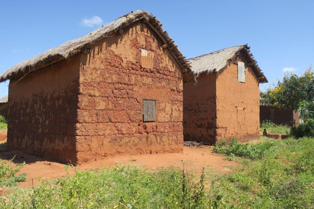 tsiroanomandidy-maison de pauvres en terre