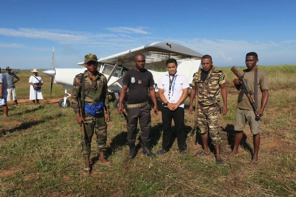 antsalova-le pilote mikaya et les gardes de l'avion